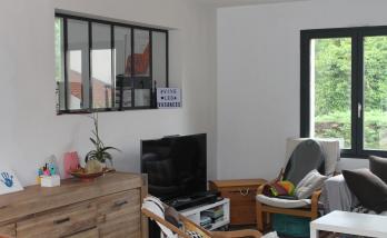 Rénovation d'une maison avec frangement entre le salon et la cuisine et accès par une passerelle à Nantes (44)